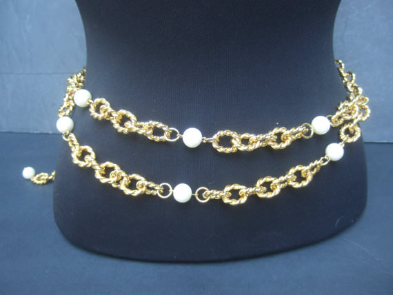 This is a very trend belt made of yellow gold and white pearls.