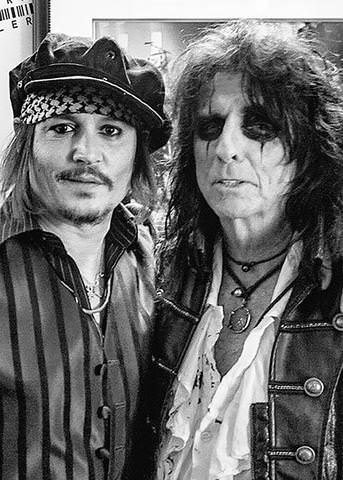 Here Alice Cooper (right) is wearing an Alexander the Great pearl necklace for men. (Pictured with Johnny Depp)