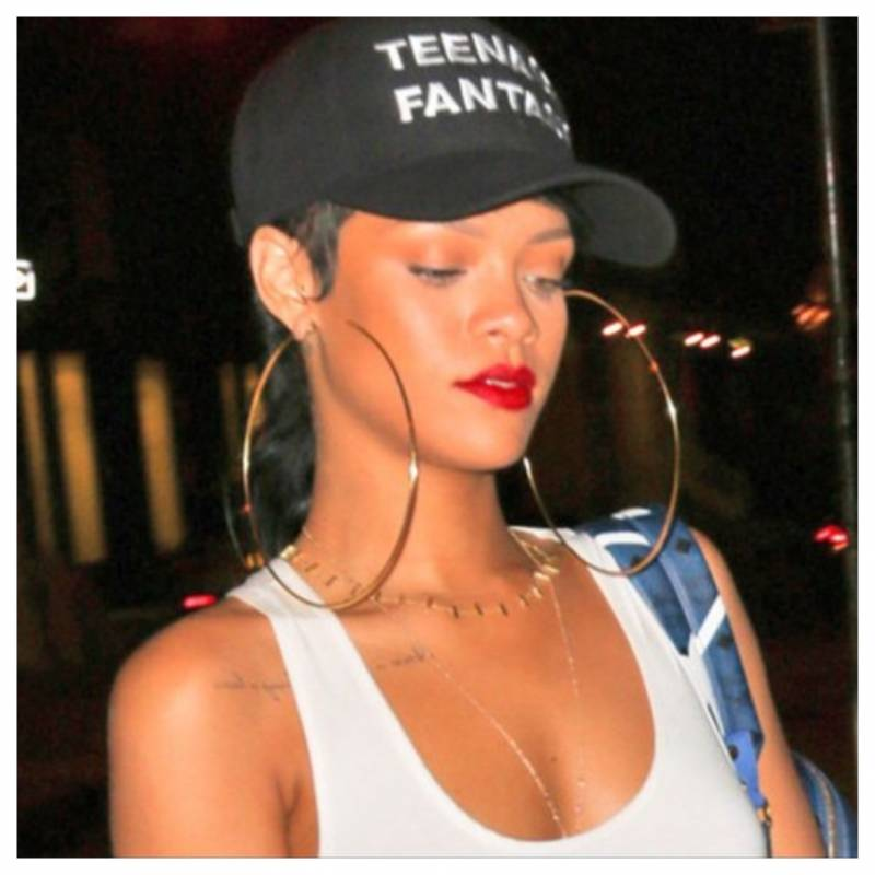 Even in casual gear, these oversized hoop earrings make Rihanna looked dressed up and sexy.